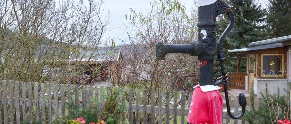 Lustiger Brunnen-Weihnachtsmann im Wohngebiet Eichleite