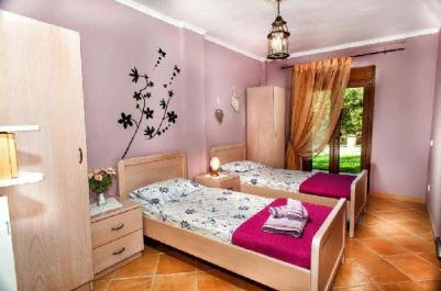 greek_summer_house_guest_bedroom_thumb