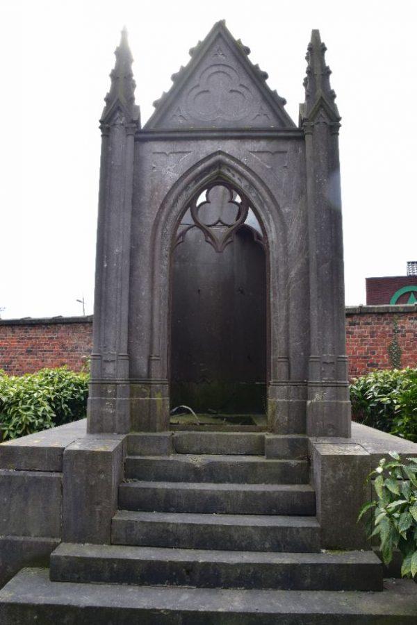 Bordjes bij graven op Ieperse begraafplaatsen