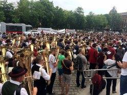 Zahlreiche Musiker spielen vor dem Parlament auf.