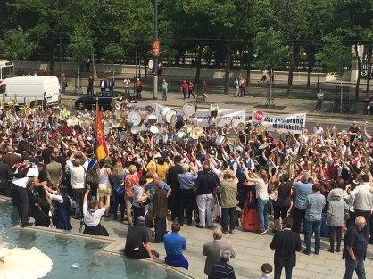Die Musiker des Sympathiekonzerts zeigen vor dem Parlament den Musikantengruß.