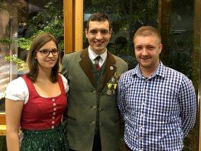 Die Gewinner unsere Facebook-Gewinnspiels: Sandra Waller (li.) und Julian Ployl mit Obmann Martin Schiner.