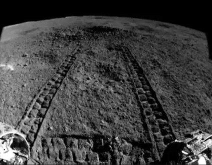 """Blick über die Mondoberfläche durch die Kamera des chinesischen Mond-Rovers """"Yutu-2"""" bei der Anfahrt auf den Krater, in dem nun eine mysteriöse Substanz entdeckt wurde. Copyright: CNSA / China Lunar Exploration Project"""