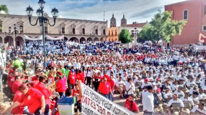 Posteriormente llegaron los médicos a la Plaza Fundadores, mientras los obreros de los distintos sindicatos afiliados a la CTM arribaron al Jardín de San Antonio de donde partieron a la plaza IV Centenario. (Twitter)