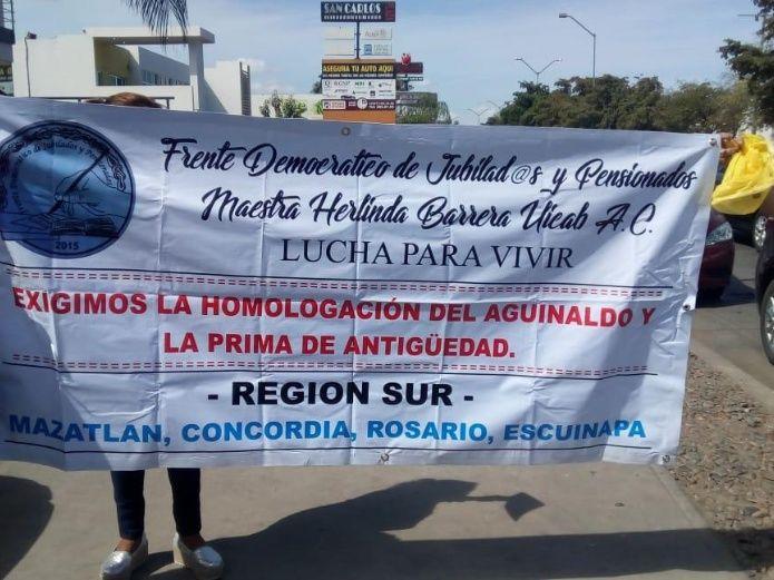 Maestros jubilados se manifiestan en el Congreso de Sinaloa