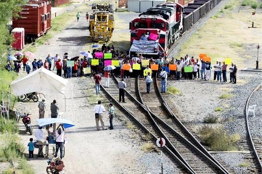 Bloquean vías en protesta por despidos en Ferromex (Zacatecas)