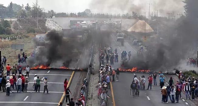 Apedrean a edil electo de Quecholac cuando intentó reabrir autopista (Puebla)