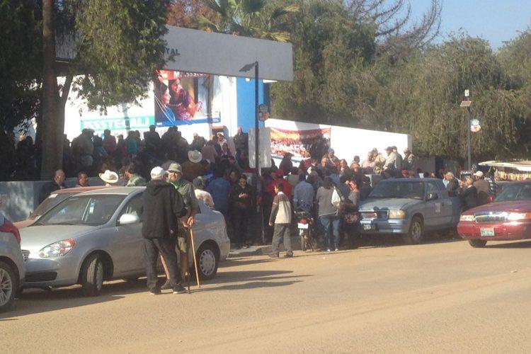 Hacen plantón jubilados y pensionados de Issstecali en Ensenada