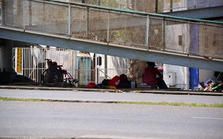 Migrantes hacen de puentes peatonales sus refugios (Tabasco)