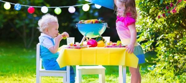 Kinder beim Grillen