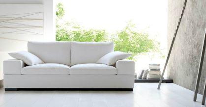 Il divano si veste di bianco e incontra l'essenzialità delle linee. Due ampie sedute che diventano 3 comodi posti e si inseriscono con facilità in tutte le tipologie di ambiente
