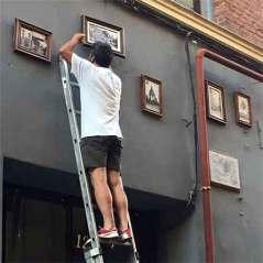 Colocación de las placas en la Calle del Oso
