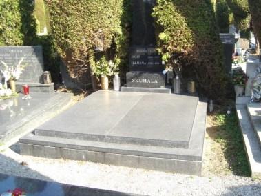 Nadgrobni spomenici (82)