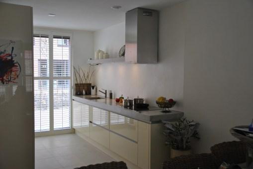 Greeploze keuken met betonlook blad door GrootS Interieur
