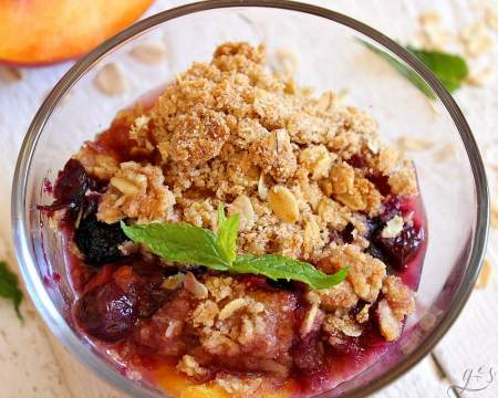 peach blueberry crumble featured