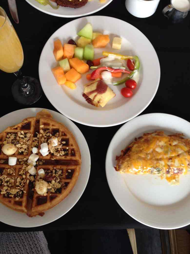 """The 20+ BEST Clean Eating Brunch Recipes   These healthy and gluten-free ideas will have you begging for seconds! This food menu has make ahead dishes, casseroles, waffles, pancakes, eggs, fruit salads, spinach salads, and easy """"clean"""" bread recipes. Whether you are throwing a party or serving your family these Sunday morning low carb breakfasts are just the ticket to leave your tummy happy all day. Mothers Day   Easter   Christmas   Paleo   Vegan   21Day Fix"""