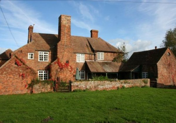 Large farm cottages for group holidays in Cotswolds England
