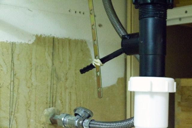 Rigged bathroom sink mechanical drain plug