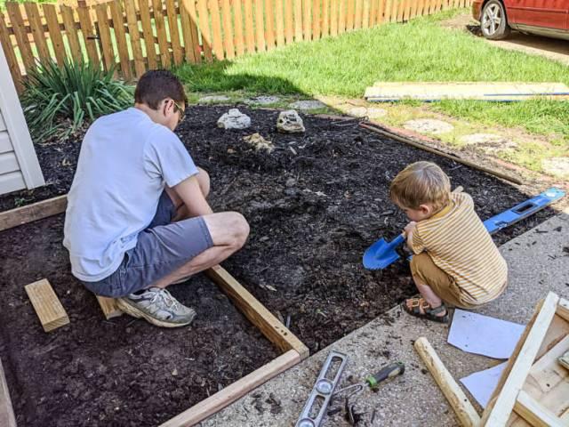 Leveling shed foundation