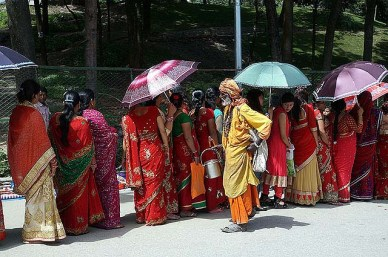 Teej Festival - ladies ignoring the Saddhu