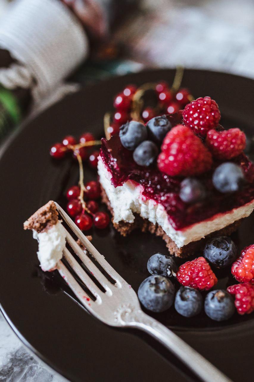 kaboompics_Cheesecake-with-blueberries-and-raspberries