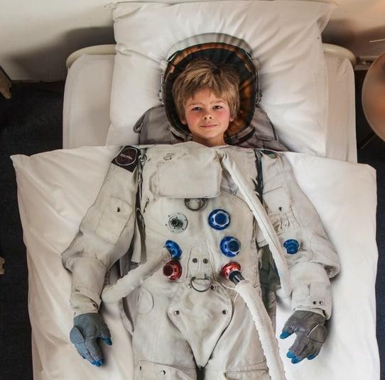 給孩子乖乖上床睡覺,做夢也會笑。