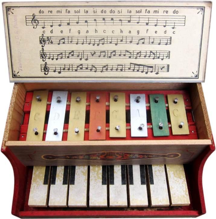 1947_Play_Piano_7x7