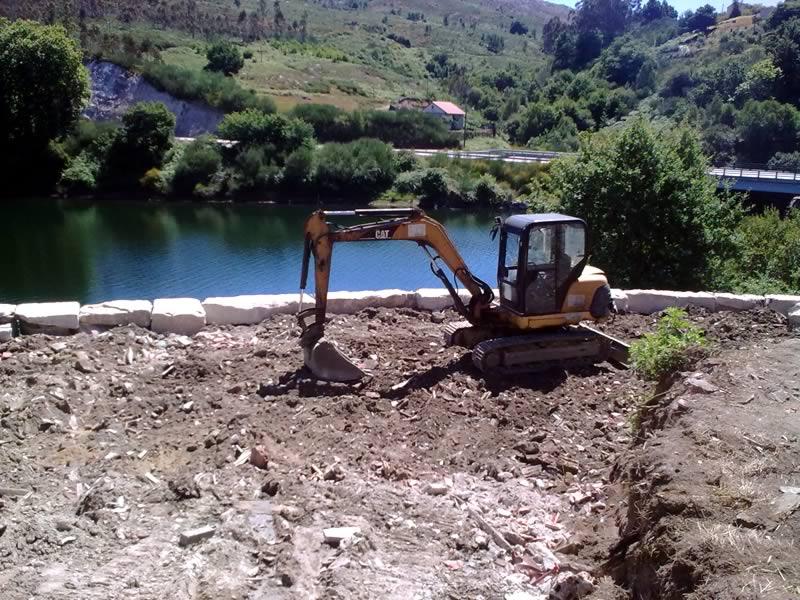 Excavadora trabajando a orillas de un rio