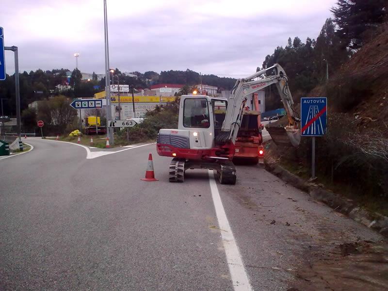 Excavadora trabajando en carretera