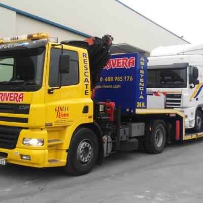 Góndola transportando un camión