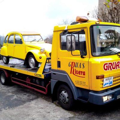 Grúas transportando vehículo