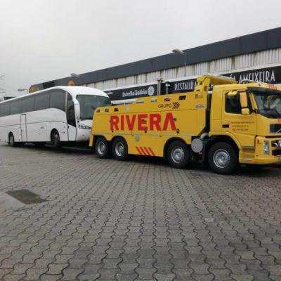 Remolcador transportando autobus