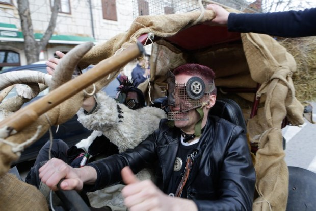 Imotski, 20160702. Maskare okupirale imotske ulice. Od poznatih lica pojavili su se Velimir Bijanec, Mirajana Rakic, Zuzi Jelinek i dr. Na fotografiji: Mad Max na imotski nacin. Foto: Branimir Boban / CROPIX