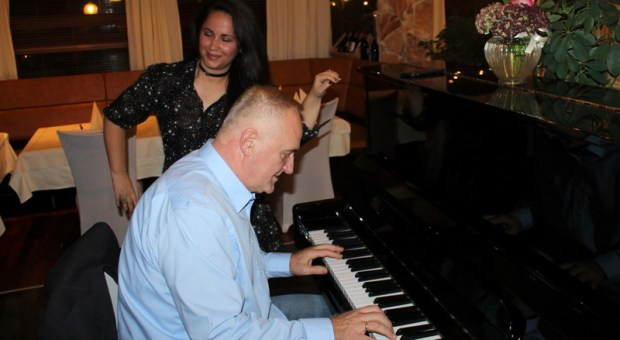 mate-briljirao-za-klavirom-na-susretu-novinara