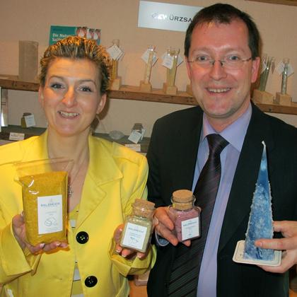Im Salzreich gibt es längst mehr als wellnes. Hier präsientieren Axel und Karin Günther Salzmischungen und Kerzen.