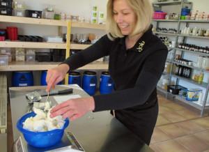 Sieben unterschiedliche Öle und Fette stecken in der Sanddornseife, für die Carola Benkert das Rezept selbst entwickelt hat. alle Fotos: Grit Gehlen