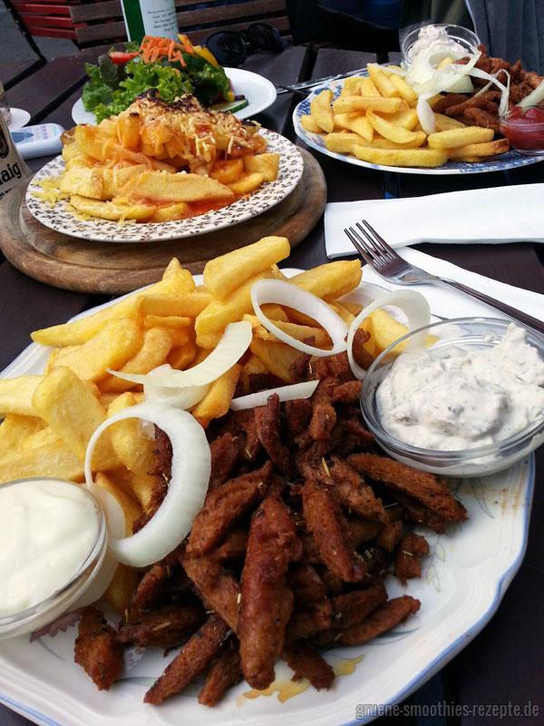 Soja-Gyros mit Pommes, veganer Mayonnaise und Tzatziki sowie Ketchup, einen Beilagensalat und veganen Chili-Cheese-Fries