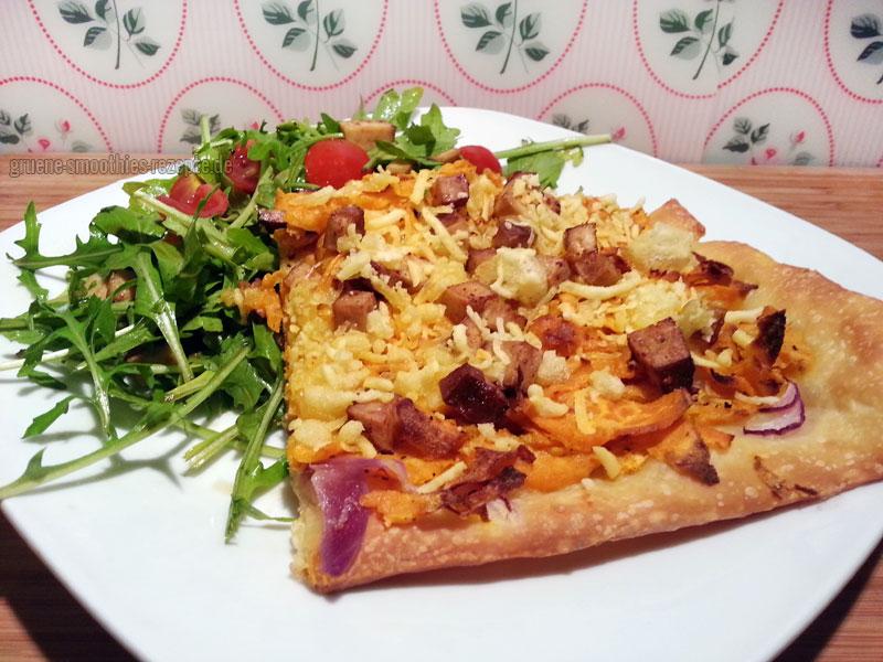 Die vegane Pizza mit Süßkartoffeln, Räuchertofu und Rucolasalat