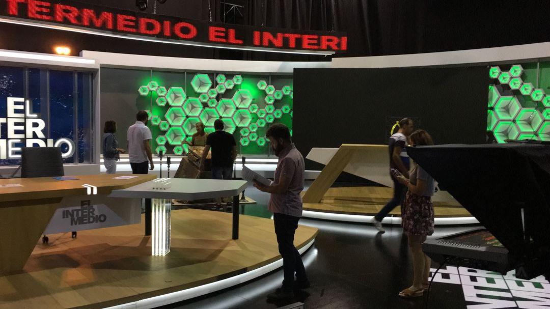 Personal de producción en el nuevo plató de El Intermedio colocando los últimos elementos.