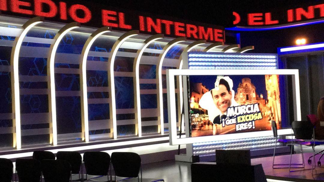 Vista del uno de los paneles de plasma del plató de El Intermedio desde el punto de vista del público.