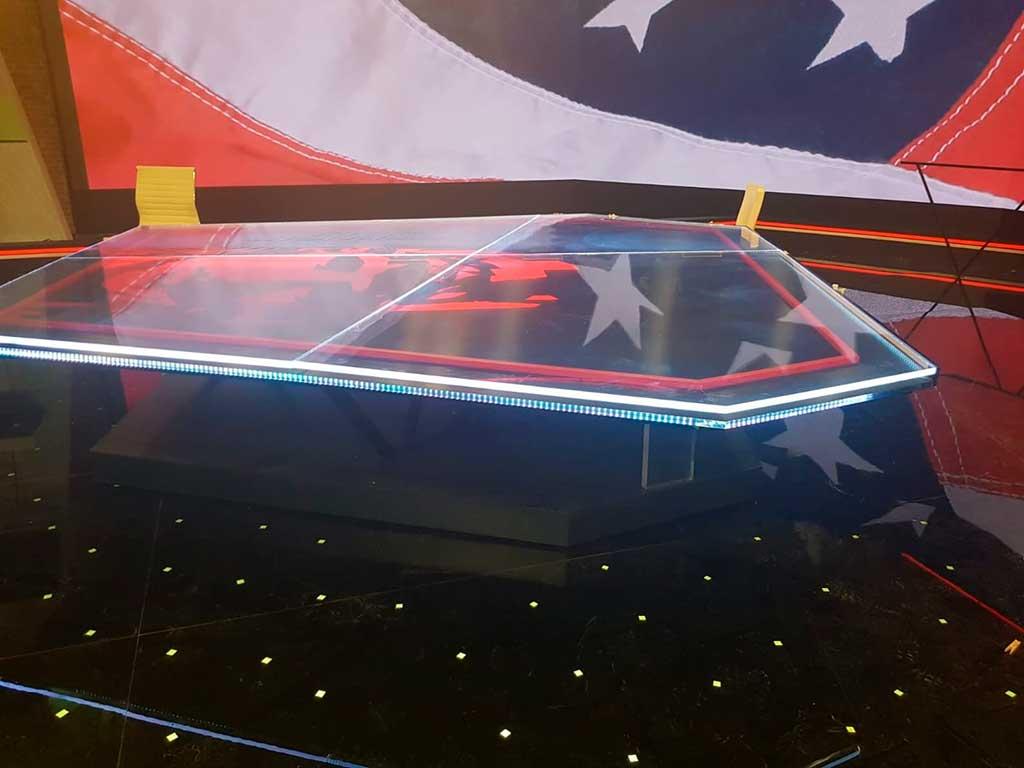 Iluminación del borde exterior de la nueva mesa de al rojo vivo