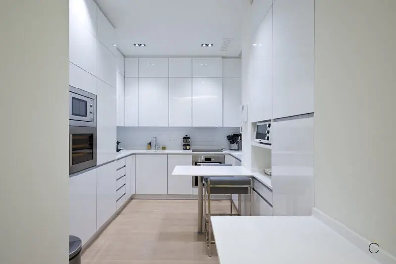 Cocina blanca con mesa plegable - Cocinas pequeñas