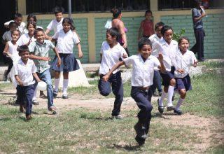 Niños corriendo en nuestra finca