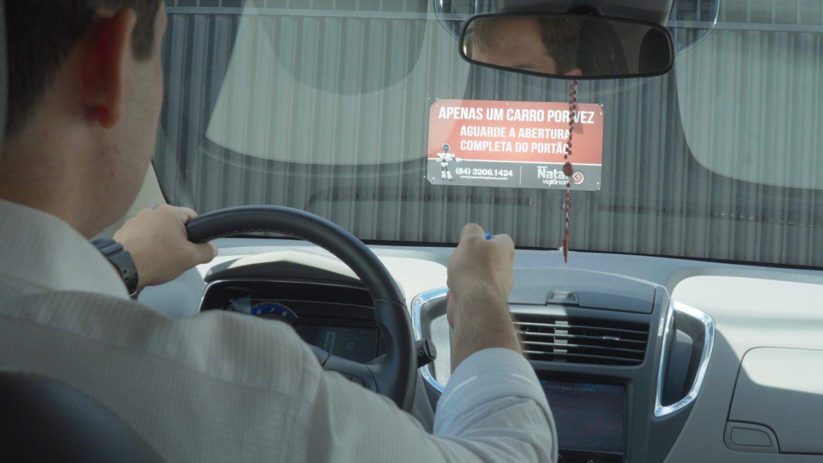 Entrada de Condomínio pela Garagem com Segurança