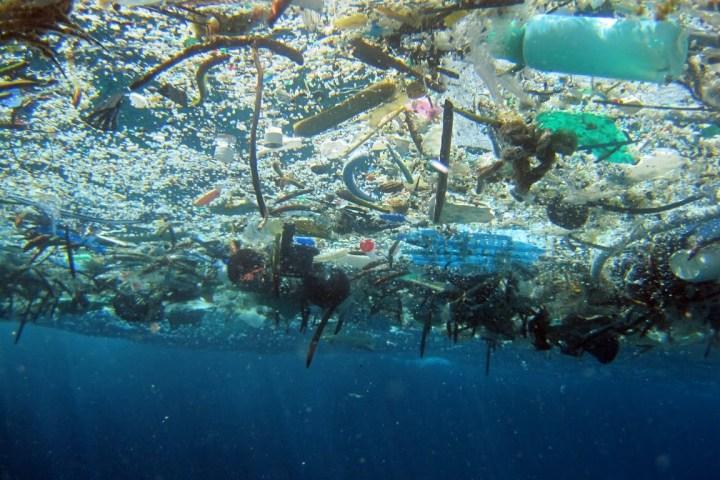Converter plástico em petróleo pode gerar lucro e salvar oceanos
