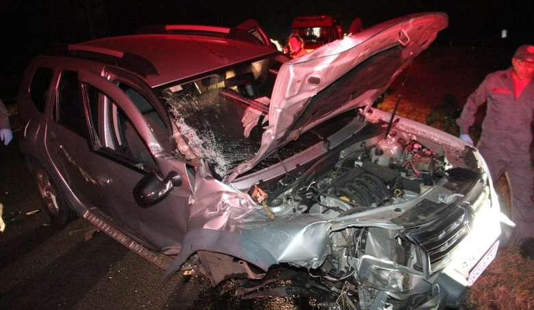 Carro perde a suspensão após colisão com caminhão na Washington Luiz
