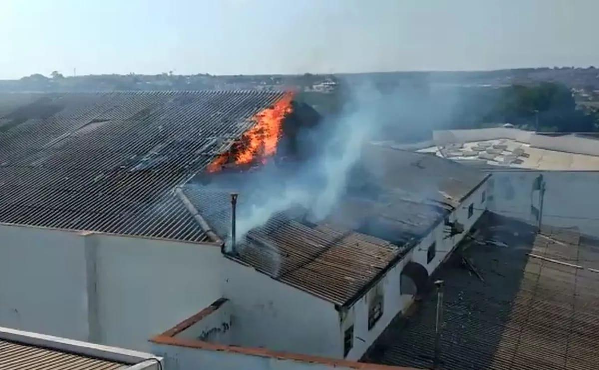 Incêndio atinge prédio do antigo cinema Alvorada em Leme