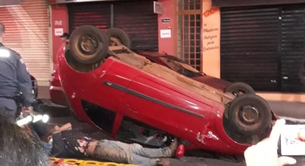 Vídeo mostra o momento que pai é atropelado com o filho no colo em Botucatu