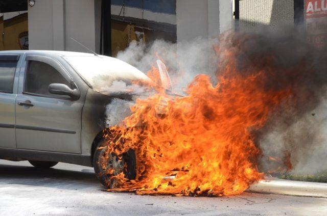 Carro pega fogo na região central de Piracicaba