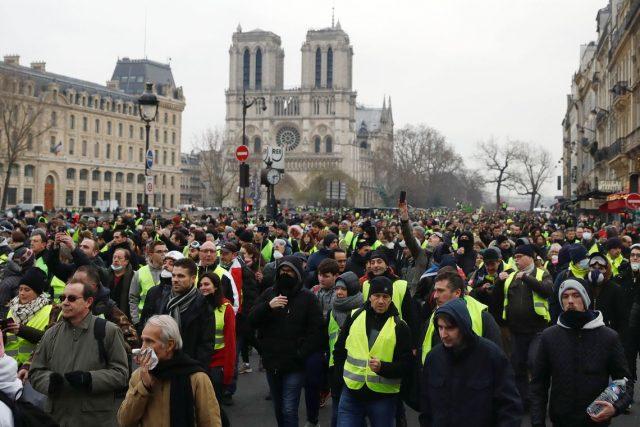 """""""Coletes amarelos"""" protestam pelo décimo sábado consecutivo em Paris, na França"""